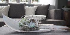 TD50 – Edle Tischdeko! Großes Kokosblatt, weiß gebeizt, natürlich dekoriert mit einer Edelstahlkugel und zwei künstlichen Sukkulenten! Länge ca 85cm – Preis 49,90€