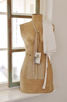 love the idea. Dress Form Mannequin, Vintage Mannequin, Vintage Shabby Chic, Vintage Sewing, Manequin, My Sewing Room, Antique Clothing, Playing Dress Up, Dress Me Up