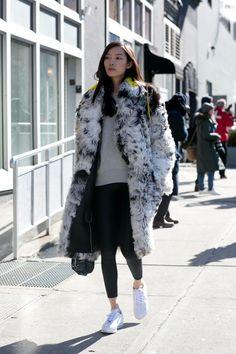 Il leggings o gli slim pants vanno ancora forti. Qui vengono indossati con una pelliccia melange con dettagli fluo e sneakers. -cosmopolitan.it