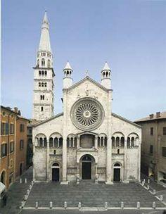 Cattedrale di San Geminiano - Modena - iniziata nel 1099 e consacrata nel 1184. Ha una pianta basilicale, priva di transetto, al suo interno divisa in tre navate. Nella parte inferiore c'è la cripta, nella quale sono conservati i resti di San Geminiano. Sopra di essa si estende il presbiterio rialzato e delimitato davanti dal pontile. L'esterno presenta alcuni elementi gotici come la guglia del campanile, i due campanili dietro la chiesa e il rosone centrale, troppo grande rispetto al resto.