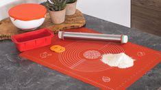 Dit is je favoriete bakmattie! Deze Sareva siliconen bakmat is namelijk het 'nieuwe bakpapier'. De afgebeelde linialen en diameters op de mat helpen je hierbij. Het siliconenmateriaal zorgt ervoor dat je lekkernij in ieder geval niet aan deze rode keukenhulp blijft plakken.De Sareva siliconen bakmat is ook te gebruiken als ondergrond voor op je bakplaat. En naast de oven (tot 260 °C) ook geschikt voor de magnetron en koelkast. Uitgebakken? Dan kan je bakmat gewoon in de vaatwasser. Plastic Cutting Board
