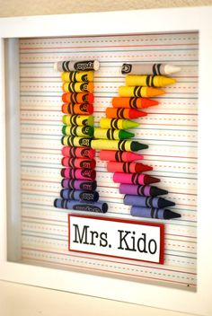 Teacher Gift Customized Crayon Monogram Frame with your choice of letter, name and size. door prettypaperparty op Etsy https://www.etsy.com/nl/listing/105389179/teacher-gift-customized-crayon-monogram