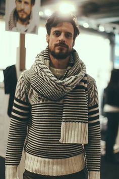 Francy Kali Knit Inspiration: Belstaff Men's Collection. There is so much going on with just two basic colors. I really like the pattern and stitch work that is going on in the scarf. Mens Scarf Fashion, Knit Fashion, Style Fashion, Ways To Wear A Scarf, How To Wear Scarves, Head Scarf Styles, Herren Style, Layering Outfits, Men Looks