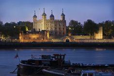 De Tower of London is een middeleeuw kasteel met een bloederig verleden welke meteen aan de rivier de Thames ligt. Het gebouw deed lange tijd dienst als  gevangenis en talloze vijanden van de koning zijn hier op de binnenplaats onthoofd. De lugubere kerkers zijn vandaag de dag gelukkig op vrijwillige in plaats van gedwongen plaats te bezoeken. http://travelbird.nl/stedentrip/londen/ #TravelBird #Londen