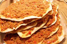 Gibt es ein türkisches Rezept, was jedem schmeckt? Ja, die berühmte Türkische Pizza (Lahmacun). Wusstet Ihr, dass es in der Türkei Türkische-Pizza-Läden gibt (gibt es auch in Deutschland teilweise), wo diese leckeren Pizzen im Steinofen gebacken werden? Sie sind dort beliebter als Restaurants. Hier in Deutschland werden sie meistens in Dönerläden angeboten, aber leider schmecken…