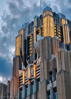 Discover Niagara Mohawk Building in Syracuse, New York: This Art Deco fortress in upstate New York gives Manhattan's vaunted examples of the style a run for their money. Arte Art Deco, Estilo Art Deco, Art Deco Home, Art Deco Buildings, Unique Buildings, Amazing Buildings, Art Et Architecture, Beautiful Architecture, Architecture Details