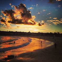 Incredible Bondi sunset & Bondi Beach by God! Bondi Beach Sydney, Sydney Beaches, Perth, Brisbane, Beautiful Beaches, Beautiful Scenery, Best Sunset, Melbourne, Amazing Sunsets