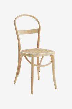 RIPPATS er inspirert av den klassiske caféstolen og har de riktige ingrediensene, dvs. myke, runde former og rottingsete. Stolen er i massivt tre, men takket være designen gir den et lett og luftig inntrykk. Materiale: Tre og rotting. Størrelse: Høyde 89 cm, bredde 39 cm, dybde 53 cm. Beskrivelse: 2-pk stoler av bjørk med sete av rotting. Vedlikeholdsråd: Tørkes av med lett fuktet klut. Tips/råd: Du behøver ikke ha like stoler rundt et bord. Forskjellige er pent og praktisk når man ...