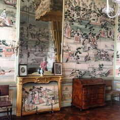 A collection of chic chinoiserie interiors, featuring blue-and-white china, hand-painted de Gournay wallpaper, and the Coromandel screens Coco Chanel so loved. De Gournay Wallpaper, Wallpaper Decor, Painting Wallpaper, New Orleans Decor, Cottage Interiors, French Interiors, Interior Design And Construction, Chinese Wallpaper, Asian Interior