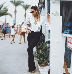 look com flare preta + blusa de renda branca com amarrações