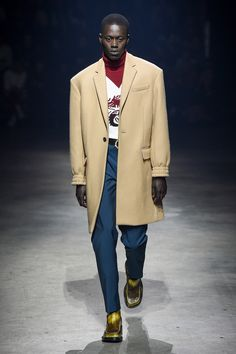 The complete Kenzo Fall 2018 Menswear fashion show now on Vogue Runway. Men Fashion Show, Fashion Show Collection, Mens Fashion, Fashion 2018, Paris Fashion, Twin Outfits, Men's Coats And Jackets, Cardigan Fashion, Well Dressed Men