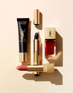 The golden rule for a go-anywhere look? Our classic beauty kit:Top Secrets Lip Perfector, Touche Éclat, La Laque Couture Rouge Dada and Rouge Pur Couture Corail Legende! Ysl Beauty, Beauty Kit, Makeup Brands, Best Makeup Products, Ysl Cosmetics, Batons Matte, Makeup Photography, Product Photography, Cosmetic Photography