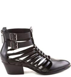Cut out boot! Riquíssima, sim, riquíssima e detalhes, essa bota é ousada e incrível. Tem detalhes de recorte de tecido que formam uma cage por todo o modelo, além do salto bloco, cap toe e fivelas no
