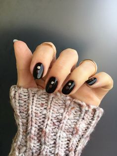 This season brown manicures are making the ultimate comeback. Keep reading to discover how to create a playful take on the brown nails trend making use of some dot nail art. #beauty #belleza #beautyblog #blogdebelleza #nails #uñas #nailart #nailartideas #easynailart #ideasuñas #dotnailart #dotnails
