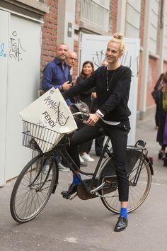 El detalle de color puede estar en cualquier prenda... Maravilloso outfit para salir en bici!