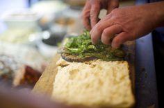 Un panino da mangiare al volo, passeggiando per le strade di Firenze? Ottima idea, purché sia di qualità. Gli indirizzi che propongono prodotti tipici super selezionati, buon rapporto qualità/prezzo