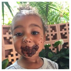 North West qui déguste un pancake au chocolat le 20 juillet 2015