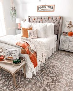 We Scoured The Internet — These Are Our Favorite Decorating Ideas For Fall - - Easy, attainable inspo. Fall Bedroom Decor, Fall Home Decor, Autumn Home, Fal Decor, Fall Apartment Decor, Cozy Bedroom, Bedroom Bed, Bedroom Ideas, Bedrooms
