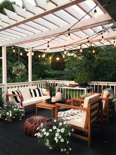 Pretty backyard pergola with vines, string lights and greenery. Great backyard design for parties. Home design decor inspiration ideas. Home Design, Design Eclético, Patio Design, Exterior Design, Design Ideas, Garden Design, Landscape Design, Terrace Design, Creative Design
