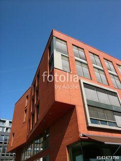 Modernes Geschäftsgebäude mit Klinkerfassade in Orange und heruntergelassenen Jalousien am Kreativkai in Münster in Westfalen im Münsterland