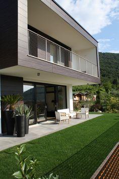 Vista esterna villa bifamiliare con giardino - progetto ville a Paratico  rivestimento in pannelli HPL Resoplan tinta LEGNO P04397 Macassar