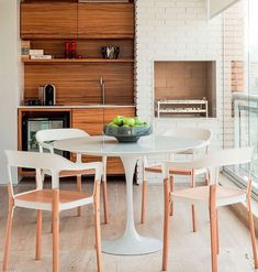 Decoração varanda gourmet com tijolinho Branco e madeira -  super acolhedora  {Projeto: Diego Revollo}