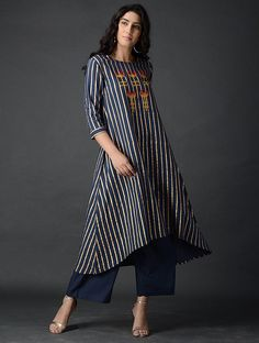 Blue Block-printed Cotton Kurta with Embroidery - Alles über Damenmode Suit Fashion, Look Fashion, Indian Fashion, Kurta Designs Women, Blouse Designs, Printed Kurti Designs, Ethnic Outfits, Latest Fashion Design, Applique Dress