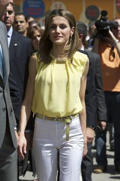 Queen Letizia of Spain Photos - Princess Letizia of Spain attends the opening of the Madrid Book Fair 2012 at Retiro Park on May 2012 in Madrid, Spain. - Spanish Royals Attend Books Fair 2012 in Madrid Queen Rania, Queen Letizia, Queen Fashion, Royal Fashion, Style Royal, My Style, Semi Formal Attire, Armani Privé, Royal Clothing