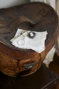 I have a top hat in a case exactly like this, along with 2 brushes and vintage bow ties - Kim         vintage travel case   Fresh Farmhouse