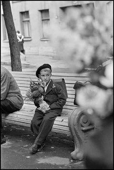 it's time to go to school-Constantine Manos 1965 USSR. Vintage Photographs, Vintage Photos, Antique Photos, Alfred Stieglitz, Portraits, Famous Photographers, Magnum Photos, Vintage Children, Belle Photo