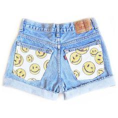 Smiley face fabric pockets on denim shorts. Upcycle old denim shorts or old jeans. Diy Shorts, Diy Jeans, Painted Shorts, Painted Jeans, Painted Clothes, Quirky Fashion, Diy Fashion, Ideias Fashion, Diy Clothing
