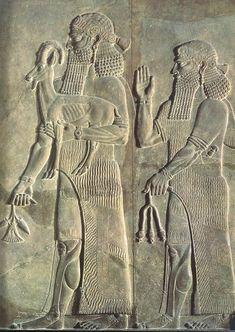 Relieve asirio del Palacio de Jorsabad (S.VIII a.C. París, M.Louvre). En el palacio de Dur-Sharrukin, se aprecia un cambio en los recursos expresivos por el cambio que ideologico monárquico. El poder absoluto del rey ya no recae en lo militar, toma mayor importancia lo político. Su imagen empieza a transmitirse sin necesidad de violencia. Se dará un cambio en los temas y aparecen nuevas escenas. Las batallas pasan a ocupar un segundo plano.