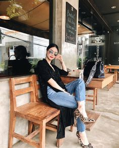 A black and denim look is far from boring when you pair it with a red lip and cheetah-printed pumps… 💋👠 Chic Black Outfits, Smart Casual Outfit, Classy Outfits, Casual Outfits, Fashion Outfits, Fashion Tips, Red Lips Outfit, Heart Evangelista Style, Filipino Fashion