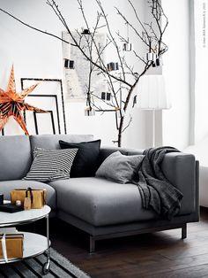 Skandinaviskt grått och detaljer i koppar låter ögat vila och skapar en känsla av lugn. Enkelheten får sätta tonen för en fridfull jul hemma. NOCKEBY 2-sitssoffa med schäslong, STRIND soffbord och VARV golvlampa med trådlös laddning.