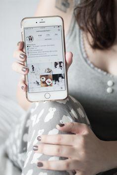 Post com dicas de como manter a harmonia no feed do instagram divulgando conteúdos do blog e do canal do youtube. Tumblr Fotos Instagram, Instagram Feed, Personal Branding, Whats On My Iphone, Telephone Iphone, Mood Images, Flatlay Styling, Instagram Story Ideas, Apple Products