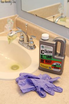 14 Clever Deep Cleaning Tips & Tricks Every Clean Freak Needs To Know Deep Cleaning Tips, House Cleaning Tips, Cleaning Solutions, Spring Cleaning, Cleaning Recipes, Cleaning Products, Cleaning Faucets, Bathroom Cleaning Hacks, Toilet Cleaning