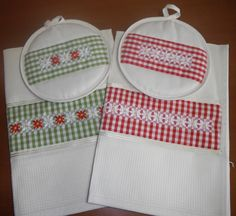 Asciugapiatti e presine coordinati, chicken scratch potholders , dishtowels. Chicken Scratch Patterns, Chicken Scratch Embroidery, Plastic Bag Holders, Mini Album Tutorial, Gingham Fabric, Crewel Embroidery, Hot Pads, Cross Stitching, Blackwork