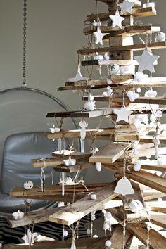 Sapin de Noël fabriqué avec planches palettes bois, décoration boules et cloques en pâte à sel peinte en blanc