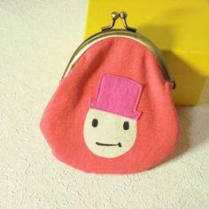 シルクスクリーンで染めた赤っぽいピンク色の帽子ちゃんがまぐちです。 綺麗な赤っぽいピンク色に、フェルトのピンク色帽子をかぶっています。 裏地はピンクのチェック...|ハンドメイド、手作り、手仕事品の通販・販売・購入ならCreema。