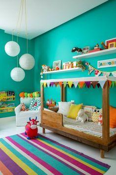 O quarto de ANTONIA, bebê, já fez sucesso no NaToca. Agora, com 3 anos, ganhou uma nova decoração feita pelos pais, com cama de dossel e muita cor (verde).