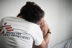 ΑΝΑΚΟΥΦΙΣΗ - Ονδούρα: Η Σίνθια (το όνομα δεν είναι πραγματικό) είναι μια 18χρονη ασθενής που έφτασε στην κλινική των Γιατρών Χωρίς Σύνορα στην πόλη Χολόμα για ιατρική και ψυχολογική φροντίδα. Η Σίνθια έχει υποστεί οικογενειακή βία. Είναι δύο μηνών έγκυος. Μια αγκαλιά είναι πάντα ανακουφιστική. (Ιούνιος 2017).COPYRIGHT: Christina Simons/MSF Dream Career, Dream Job, Goal Board, Med School, Challenges, Goals, Study, Motivation, Mental Health