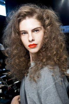 Achtung, lieber Sleek-Look: Lockenfrisuren sind zurück und machen sich dran, glatten Haaren den Titel um die Lieblingsfrisur von Haar-Stylisten und Designern abzulaufen...