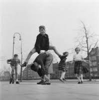 """""""bokkie springen"""" op het schoolplein tijdens het speelkwartier"""