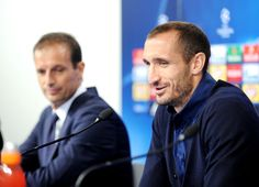 Juventus player Giorgio Chiellini (R) speaks as head coach Massimiliano Allegri listens during a press conference at the Maksimir stadium in Zagreb on September 26, 2016, on the eve of their UEFA Champions League Group H football match against Dinamo Zagreb.  / AFP / STRINGER