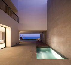 j'adore l'éclairage simple dans cette piscine