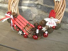 Hurá, vánoce! Vánoční věnečekna proutěném korpusu v červenobílé, šišky, kouličky, holčička z filcu, sáňky... Věneček má průměr30 cm.