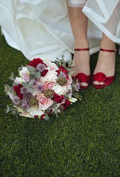 Ramo rojo y zapatos rojos