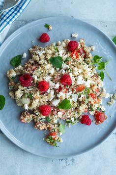 Sommerlig quinoasalat med feta og hindbær