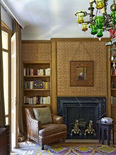 Au centre du salon marocain, une table indienne sur laquelle est posé un vase en céramique d'Iznik. Aux murs sont accrochés des miroirs indiens gravés datant de la fin du XIXe siècle de part et d'autre d'une fenêtre ornée d'un store brodé par Brigitte Perkins. Lustre de Murano des années 1940.  Double 2 Dans le salon de lecture aux murs recouverts de nattes de jonc réalisées à Rabat, les architectes de Studio Ko ont fait réaliser par des artisans marocains une cheminée en briques émaillées…