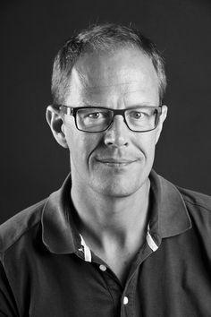 Thomas G. Svaneborg (f.1966), uddannet journalist i 1991, har tidligere været reportagechef på Morgenavisen Jyllands-Postens erhvervsredaktion og er nu erhvervskorrespondent i DR. Han dækker især emner om finansielle sektor og har stået bag en række undersøgende journalistiske projekter. Han har sammen med kolleger modtaget FUJ-prisen for fremragende undersøgende journalistik i 2007 og sels gange været nomineret til Cavlingprisen.